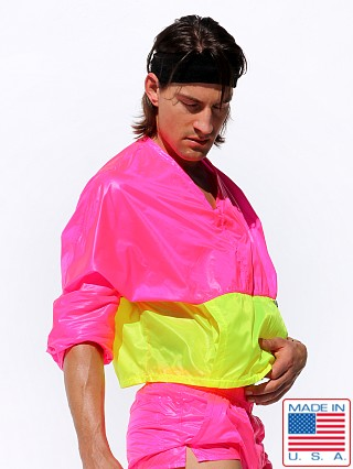 Model in pink af Rufskin Bulle Nylon Rip-Stop Sport Top