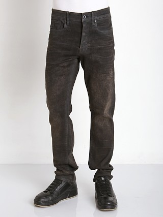 Model in dk aged cobler G-Star Stean Tapered Jeans Slander Black Supers