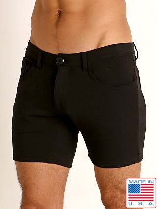 Model in black Go Softwear Moderne 5-Pocket Short