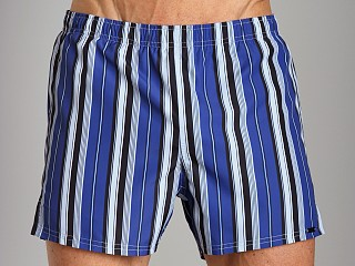 Model in bluette GrigioPerla Nero Perla Amalfi Yachting Shorts